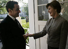 sarkozy.laura.bush.grip.200